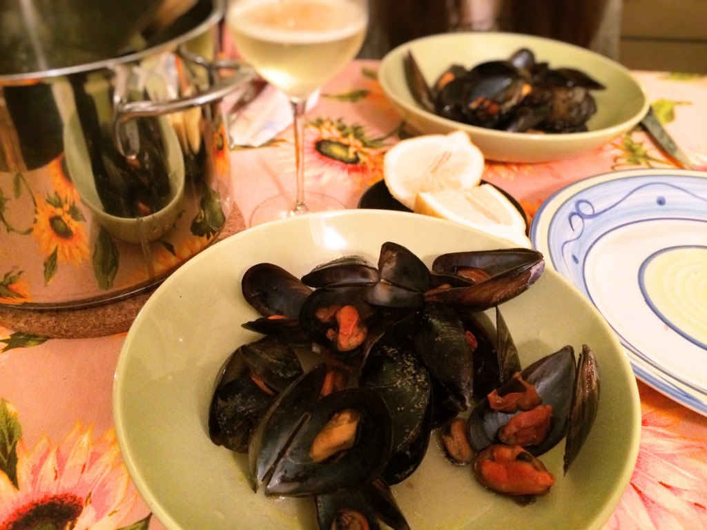 mussels served hot with sauce and lemon
