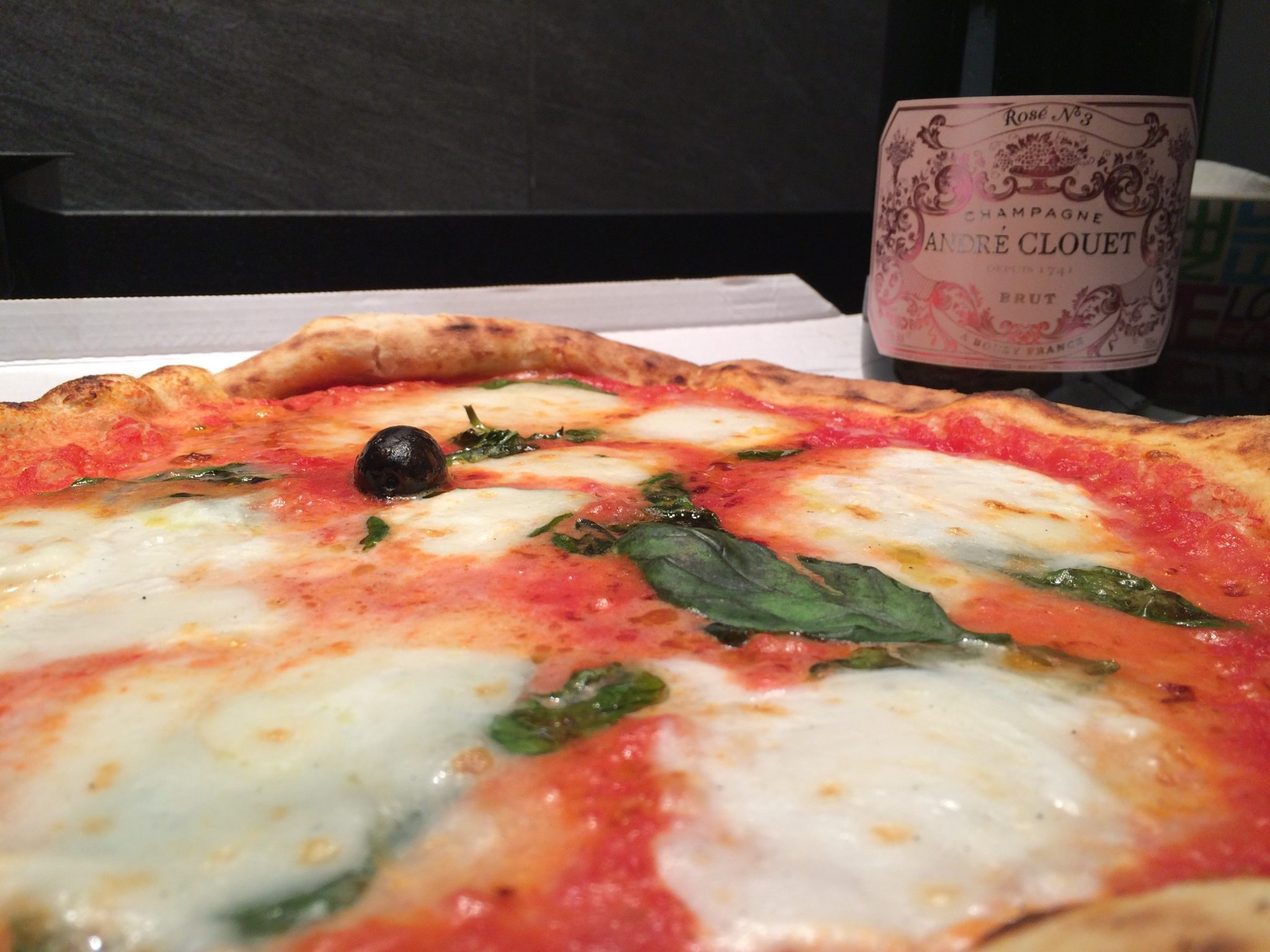 pizza and wine Champagne rosé